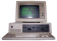 Eerste IBM PC, 1981) / Bron: Boffy b / Dpbsmith, Wikimedia Commons (CC BY-SA-3.0)